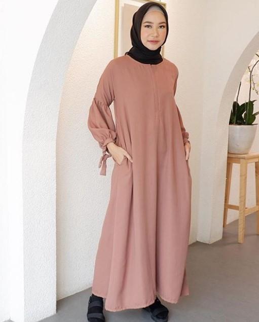 Model-Gamis-Muslimah-Untuk-Remaja-Kekinian-Tali-Lengan-Kantong-Brownie.jpg