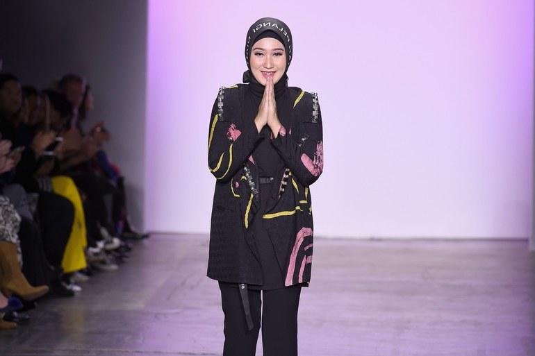 Model Gaun Pengantin Muslim Dian Pelangi 8ydm Dian Pelangi Kembali Bawa Hijab Ke Panggung New York Fashion