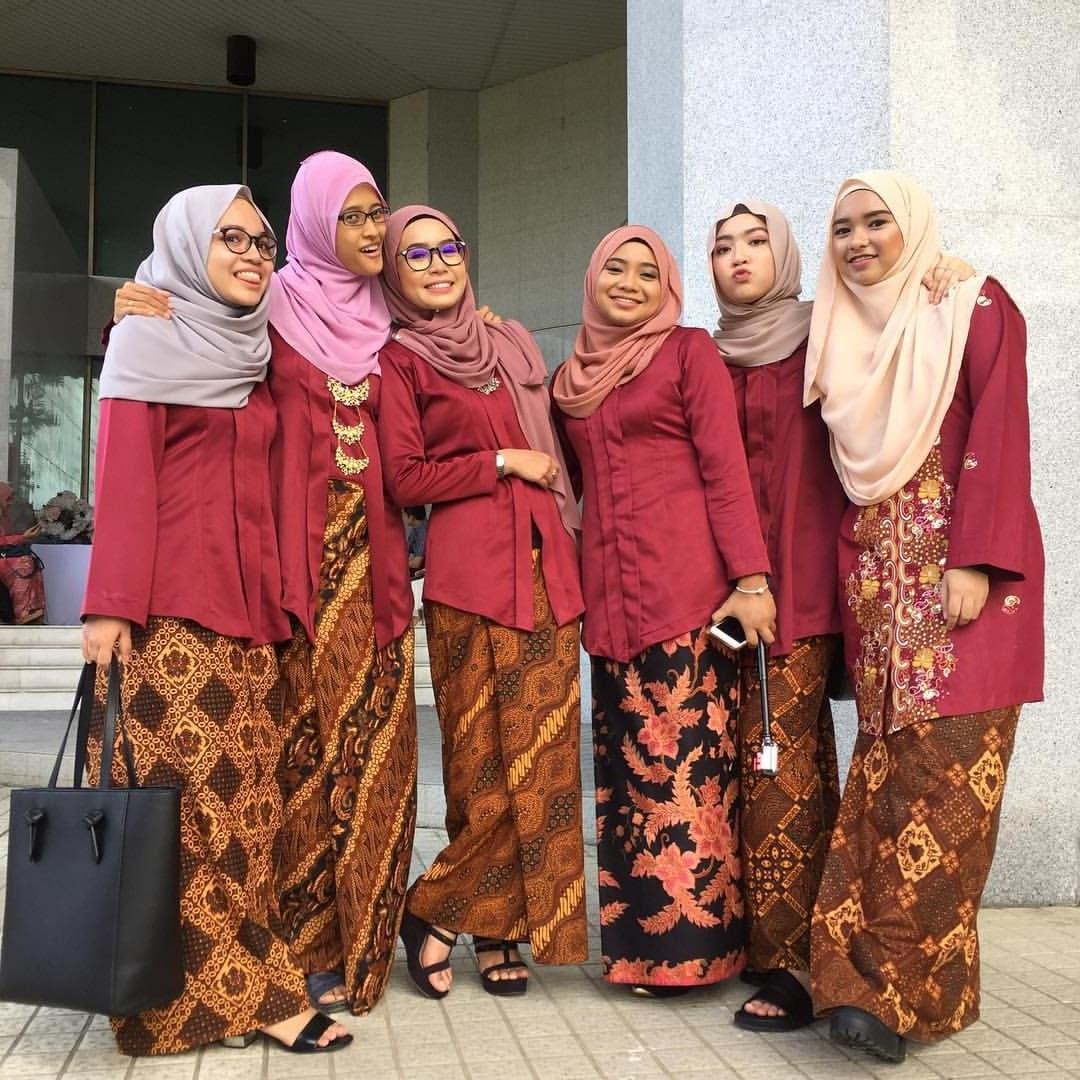 Bentuk Inspirasi Bridesmaid Hijab Y7du Bridesmaids Muslim In Kebaya and Batik Jawa with Hijabs In