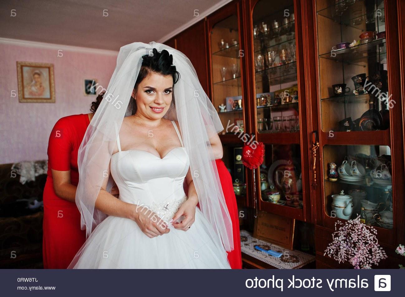 Ide Long Dress Bridesmaid Hijab H9d9 Helpful Bridesmaids Helping Bride to Dress Up and Ready