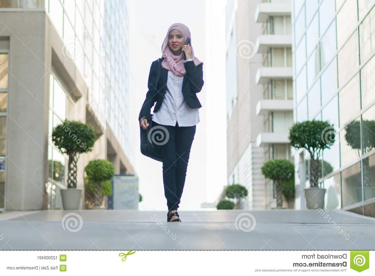 Inspirasi Model Baju Gamis Pernikahan O2d5 Beautiful Malay Girl Holding Mobile Phone Outdoor Stock