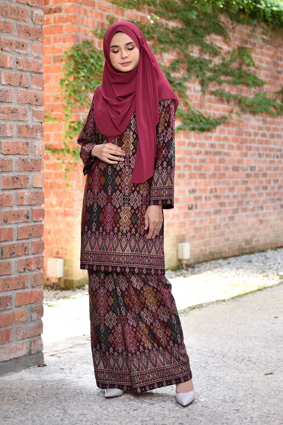 Model Bridesmaid Hijab Batik H9d9 Baju Kurung songket Luella Deep Maroon