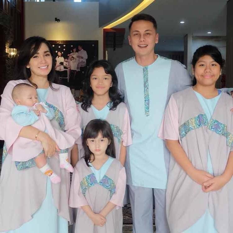 Bentuk Baju Lebaran Artis Ffdn 15 Baju Lebaran Keluarga Artis Terkenal Di Indonesia