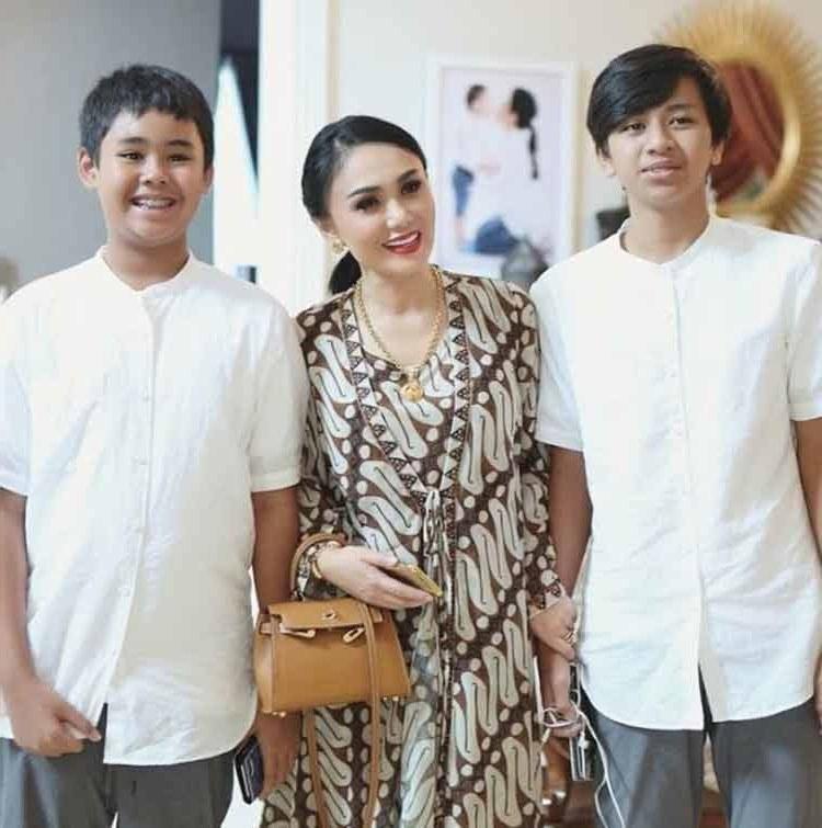 Bentuk Gambar Baju Lebaran Keluarga E6d5 15 Baju Lebaran Keluarga Artis Terkenal Di Indonesia