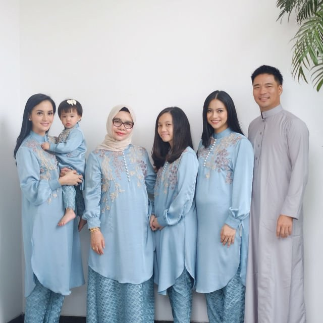 Bentuk Model Baju Lebaran Keluarga Artis Ipdd 20 Parade Seragam Lebaran Dari Famili orang Terkenal