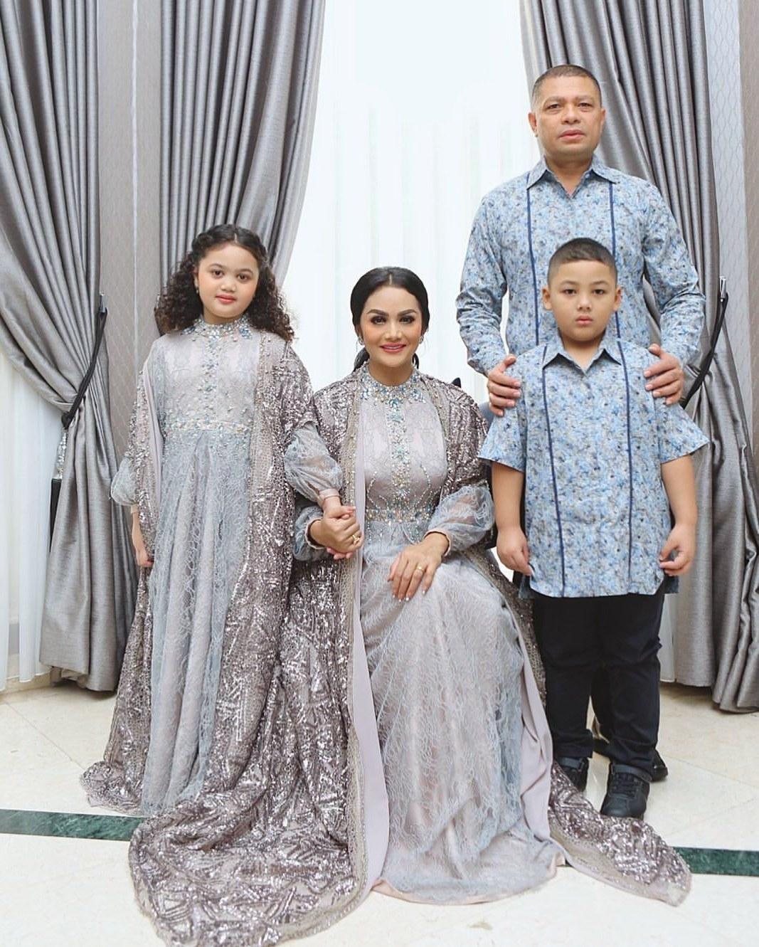 Bentuk Model Baju Lebaran Keluarga Artis Zwd9 Tema Baju Lebaran Keluarga Para Artis Yang Menarik Siapa