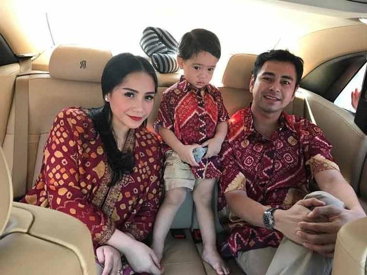 Bentuk Model Baju Lebaran Keluarga Artis Zwdg 15 Baju Lebaran Keluarga Artis Terkenal Di Indonesia
