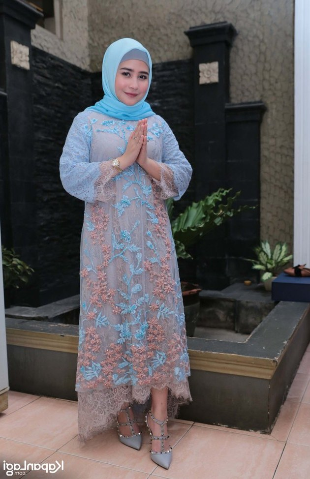 Design Baju Lebaran Prilly Latuconsina 0gdr Potret Lebaran Prilly Latuconsina Pakai Hijab Makan