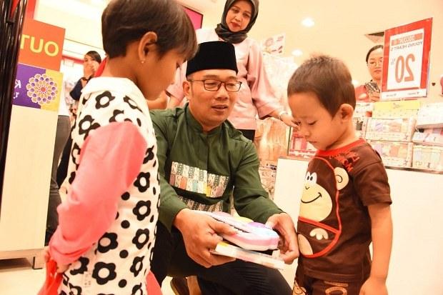 Design Baju Lebaran Ridwan Kamil H9d9 Ridwan Kamil Dan Keluarga Ajak 29 Anak Yatim Belanja Baju