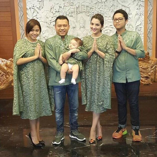 Design Baju Lebaran Seragam Y7du 5 Potret Seragaman Baju Lebaran Sekeluarga Ala Seleb
