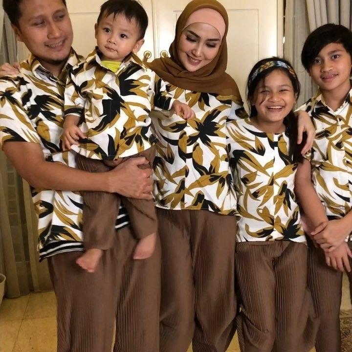 Design Model Baju Lebaran Seragam Keluarga Drdp 10 Gaya Kompak Seragam Keluarga Artis Bisa Jadi