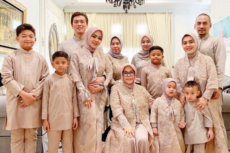 Ide Baju Lebaran Keluarga Besar Zwdg Tema Baju Lebaran Keluarga Para Artis Yang Menarik Siapa