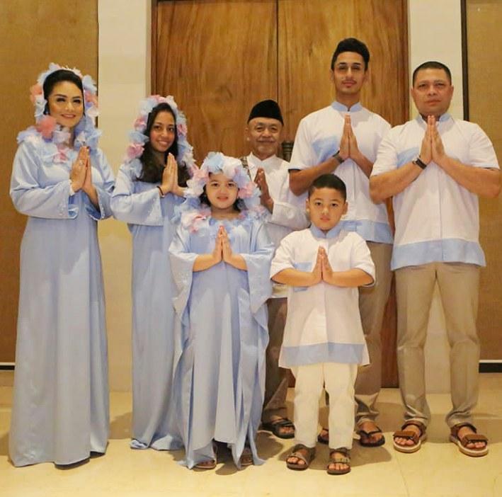 Ide Lihat Baju Lebaran Dddy No 2 Paling Mewah Lihat Baju Lebaran Kembar Keluarga Para