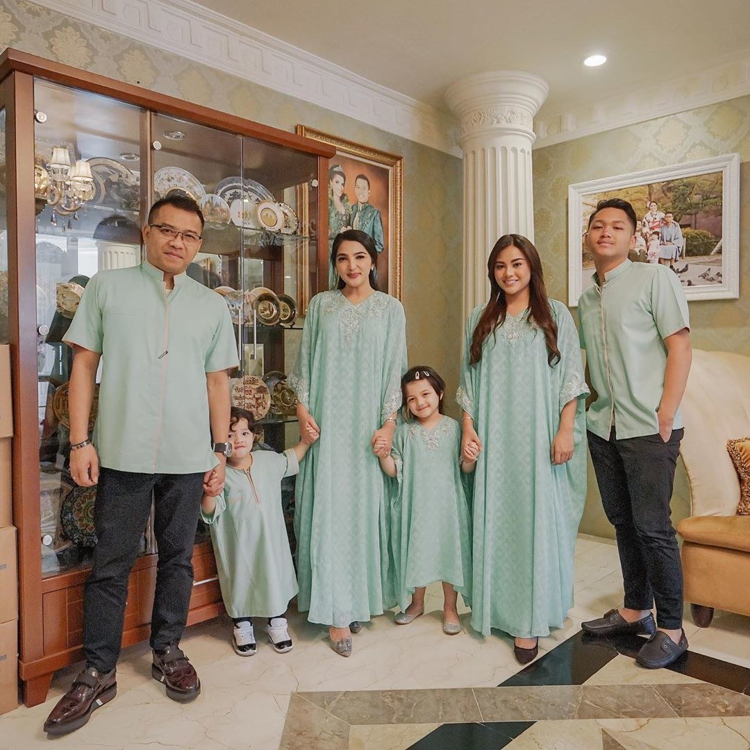 Inspirasi Baju Lebaran ashanty Ipdd Tema Baju Lebaran Keluarga Para Artis Yang Menarik Siapa