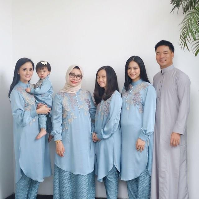 Inspirasi Baju Lebaran Keluarga Warna Biru Mndw 20 Parade Seragam Lebaran Dari Famili orang Terkenal