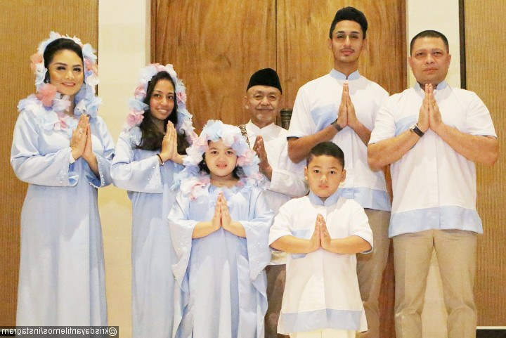 Inspirasi Baju Lebaran Kembar Keluarga E9dx Baju Lebaran Unik Keluarga Krisdayanti