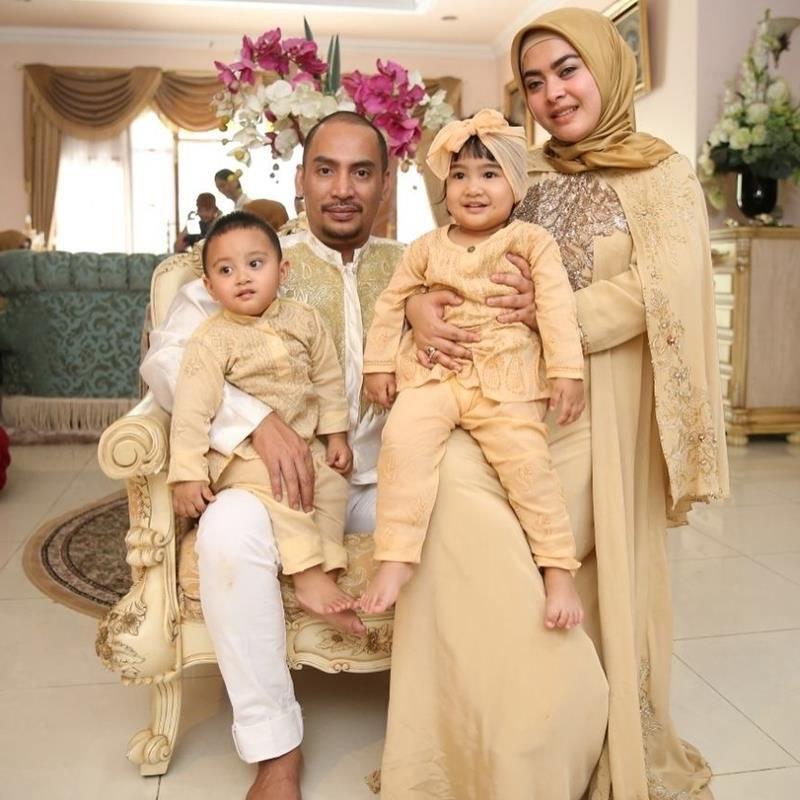 Inspirasi Model Baju Lebaran Untuk Keluarga E6d5 10 Gaya Kompak Seragam Keluarga Artis Bisa Jadi