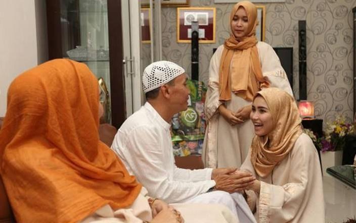 Model Baju Lebaran Ayu Ting Ting Ffdn Foto Ciuman Bibir Ayu Ting Ting Dengan Abdul Razak Ayahnya