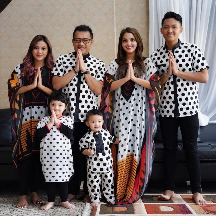 Model Baju Lebaran Keluarga Batik 87dx 6 Potret Kompak Keluarga Artis Pakai Baju Kembaran Saat