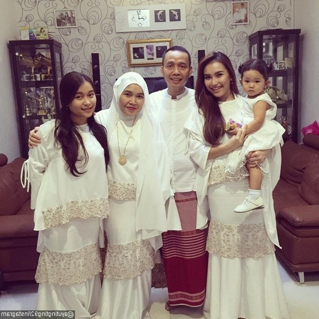 Model Baju Lebaran Keluarga Sby Dwdk Foto Ayu Ting Ting Dan Keluarga Kompak Bernuansa Putih Di