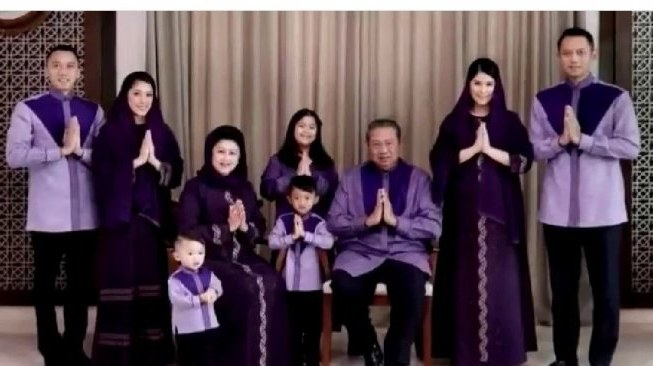 Model Baju Lebaran Keluarga Sby Q5df Intip 5 Gaya Busana Lebaran Ani Yudhoyono Selama 5 Tahun