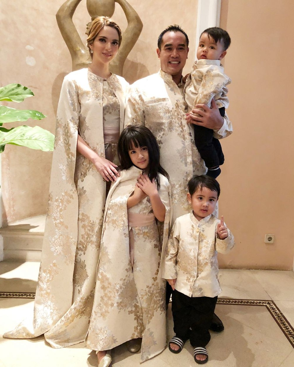 Model Baju Lebaran Seragam Keluarga Gdd0 Potret 16 Seleb Pakai Baju Kembaran Saat Lebaran Kompak Abis