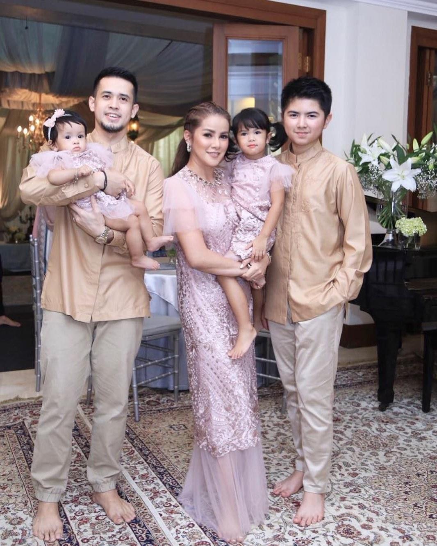 Model Inspirasi Baju Lebaran Keluarga 2019 3id6 10 Gaya Kompak Seragam Keluarga Artis Bisa Jadi