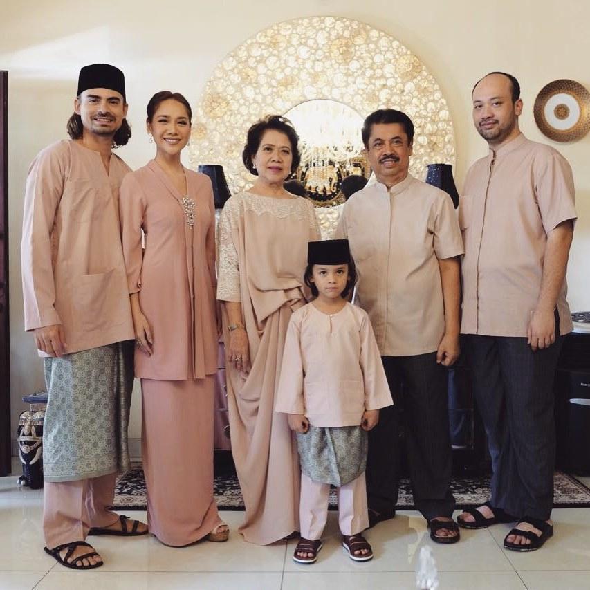 Model Inspirasi Baju Lebaran Keluarga Q0d4 Begini Kompaknya 5 Keluarga Artis Saat Kenakan Baju
