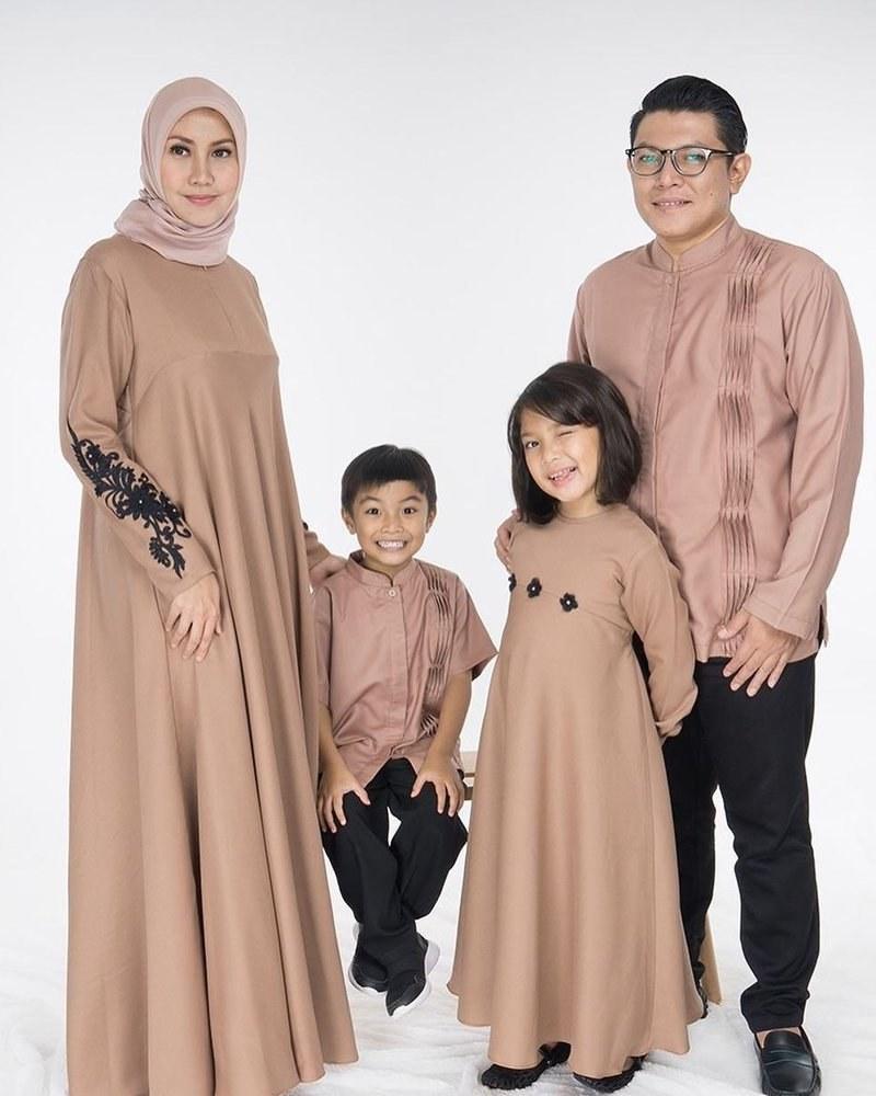 Model Inspirasi Baju Lebaran Keluarga Xtd6 5 Inspirasi Baju Kembaran Keluarga Saat Lebaran Yang Bisa