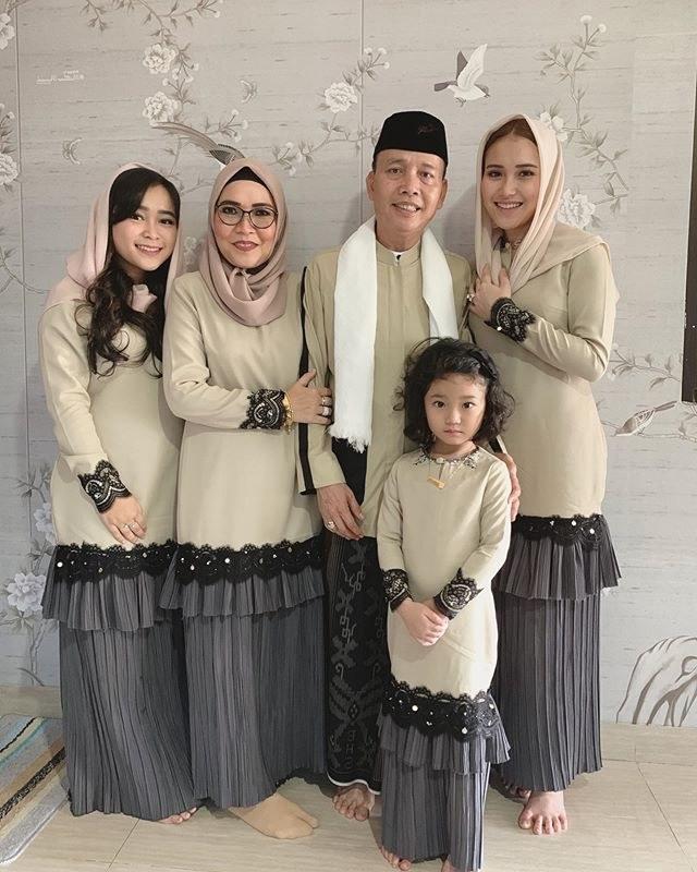 Model Melihat Baju Lebaran 87dx Gaya Baju Lebaran Mewah Dan Mahal Para Artis Indonesia
