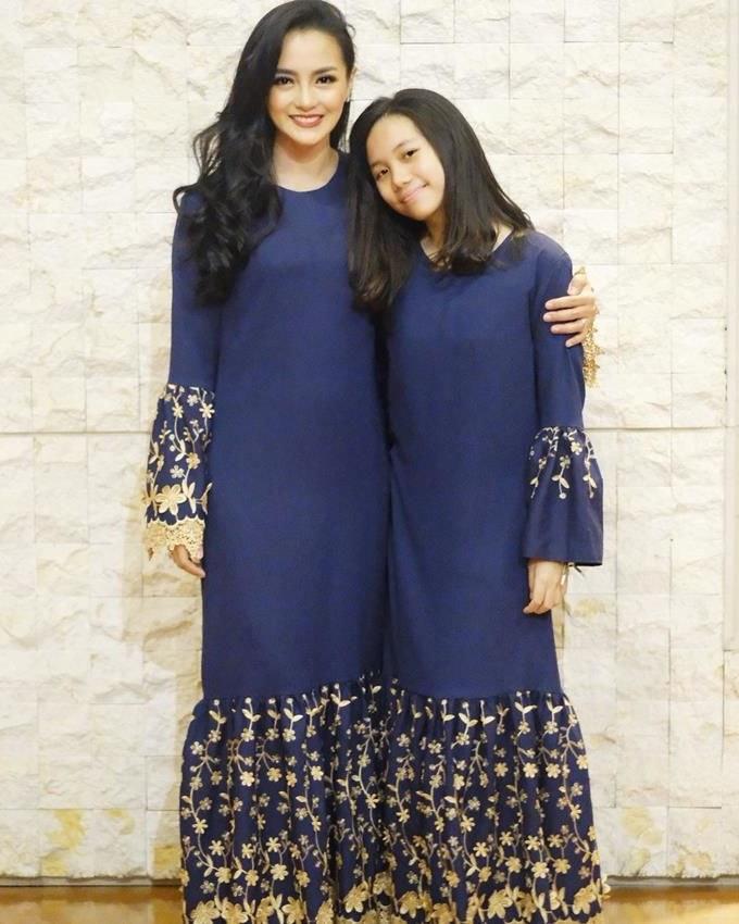 Model Model Baju Lebaran Keluarga 2018 Dwdk 10 Gaya Kompak Seragam Keluarga Artis Bisa Jadi