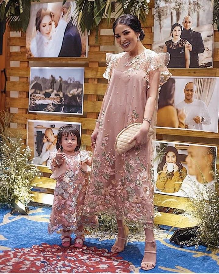 Model Referensi Baju Lebaran Tqd3 12 Inspirasi Baju Couple Mama Dan Anak Yang Nggak Harus