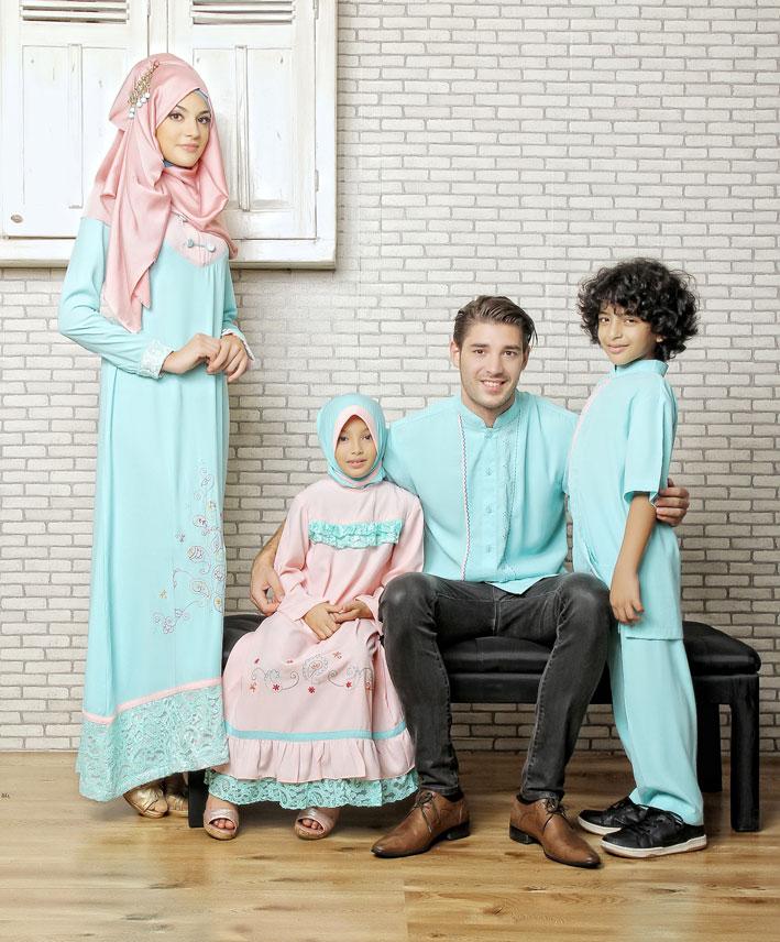keluarga-berfoto-mengenakan-baju-muslim-warna-pastel.jpg