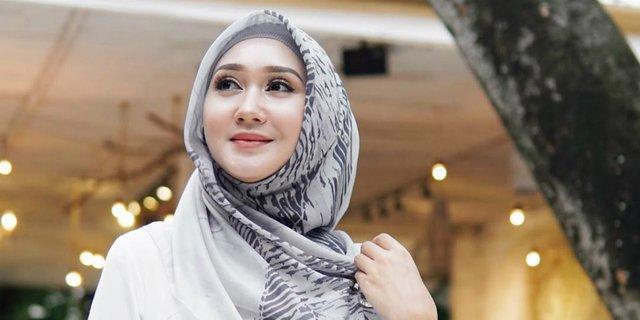 baju-muslim-streetwear-dian-pelangi-di-nyfw-2019-190311g.jpg