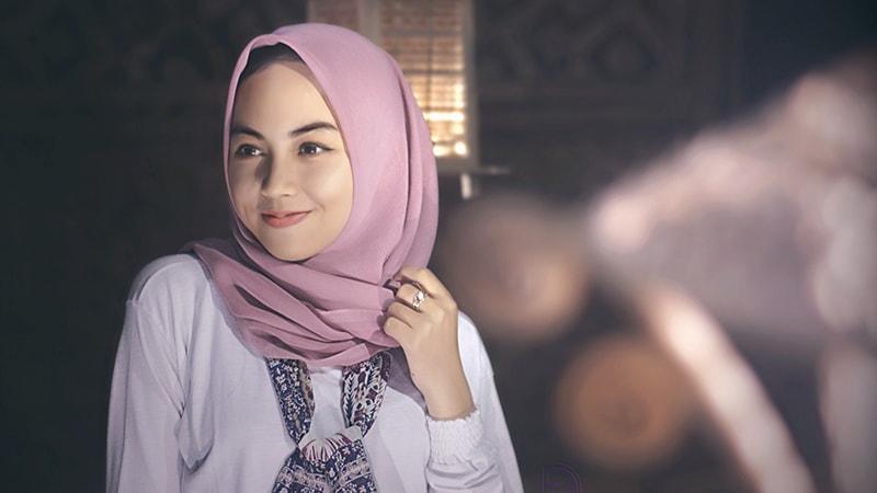 cwek-00_tutorial-hijab-segi-empat-simple_jilbab-merah-muda_800x450_cc0-min.jpg