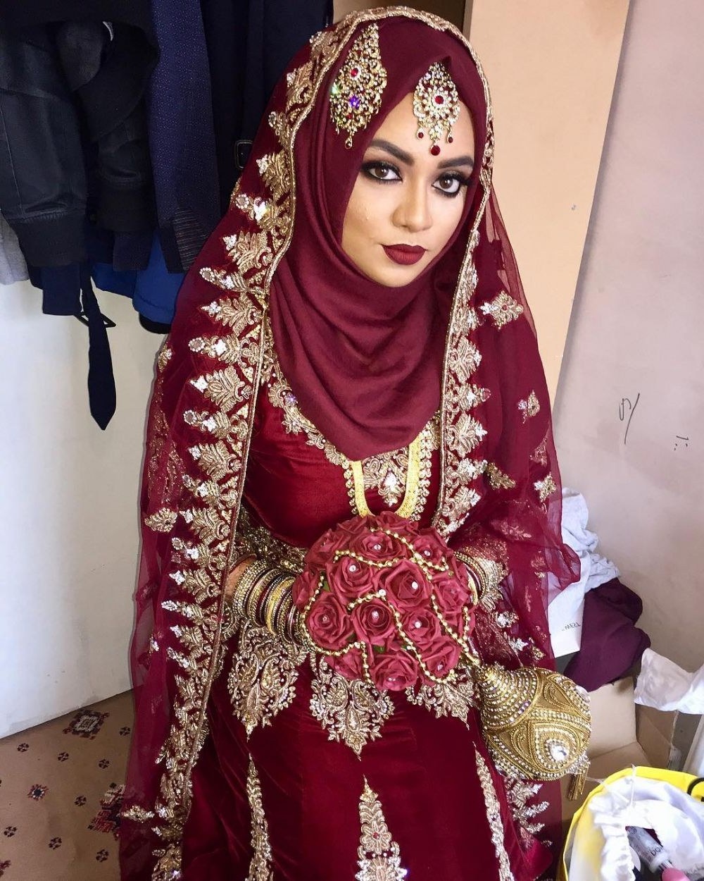 Bentuk Gaun Pengantin Muslimah Warna Merah Marun Jxdu 20 Inspirasi Riasan Pengantin Ala India Untuk Wanita Berhijab