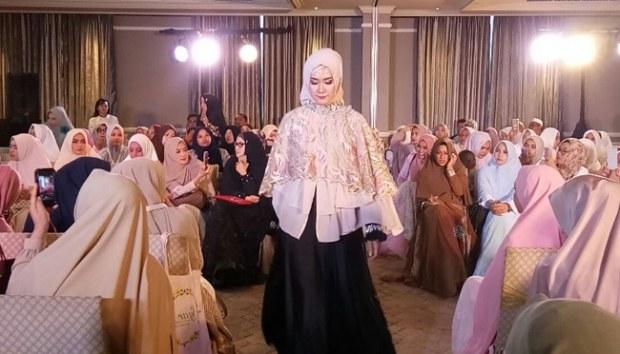 Design Baju Ke Pesta Pernikahan Muslimah Zwd9 Tengok Busana Muslim Untuk Pesta Dari Komunitas Syar I
