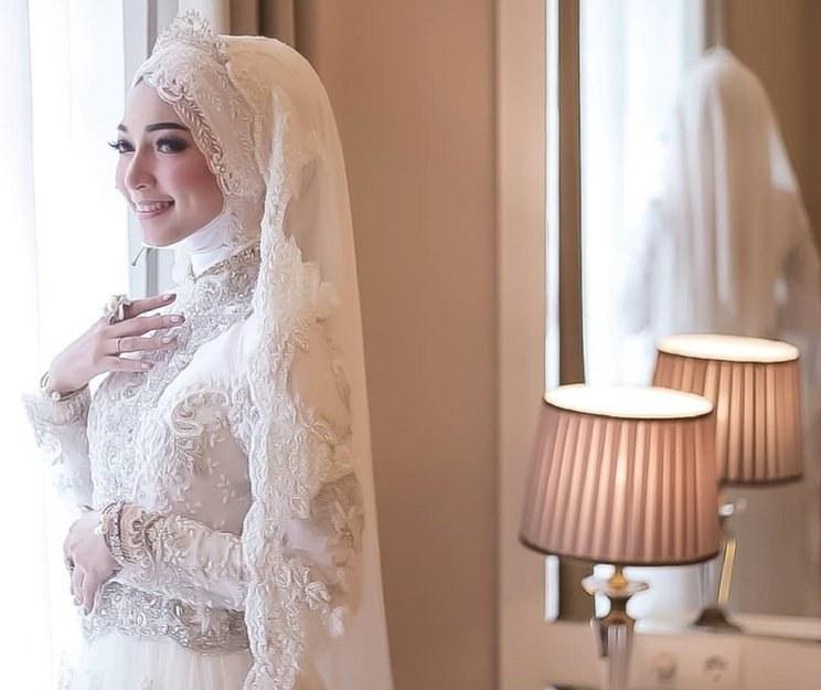 Ide Dress Pernikahan Muslimah Jxdu 15 Inspirasi Gaun Pengantin Muslimah Yang Modern