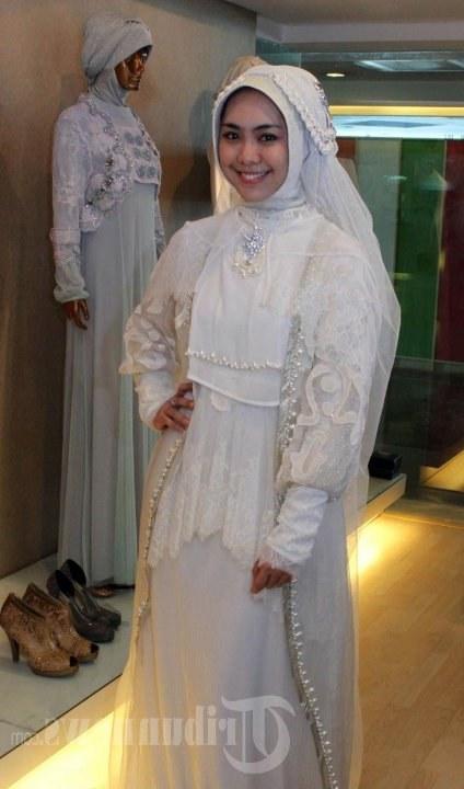 Ide Sewa Baju Pengantin Muslimah Bandung T8dj Oki Setiana Dewi Fitting Baju Pengantin Foto 5