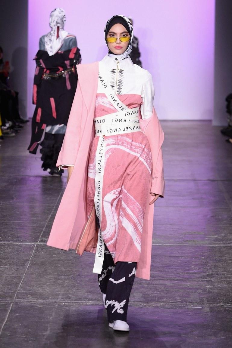 Model Baju Pengantin Muslimah Dian Pelangi Wddj Dian Pelangi Kembali Bawa Hijab Ke Panggung New York Fashion