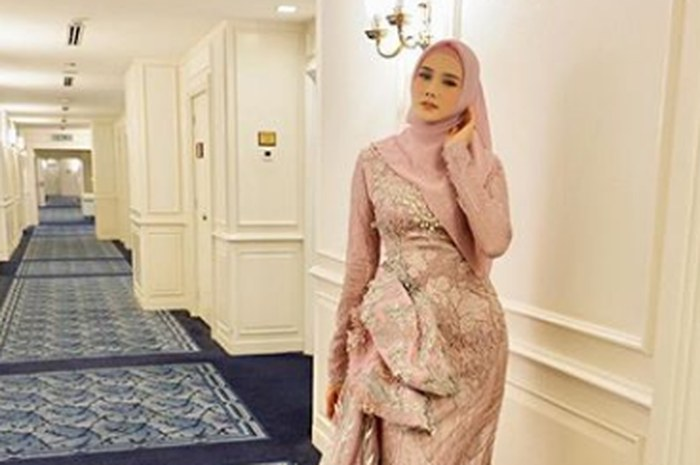 Model Gaun Pesta Pernikahan Muslimah Irdz Gaya Mulan Jameela Hadiri Resepsi Pernikahan Syahrini Dan