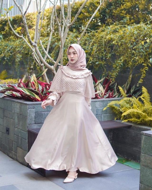 Ide Model Baju Gamis Untuk Pernikahan Gdd0 10 Ide Cape Dress Menutup Dada Untuk Bridesmaid Demi Tampil