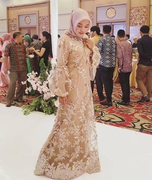 Ide Model Gamis Untuk Pesta Pernikahan Irdz Model Gamis Pesta Brokat Mewah Terbaru soft Gold Di 2019
