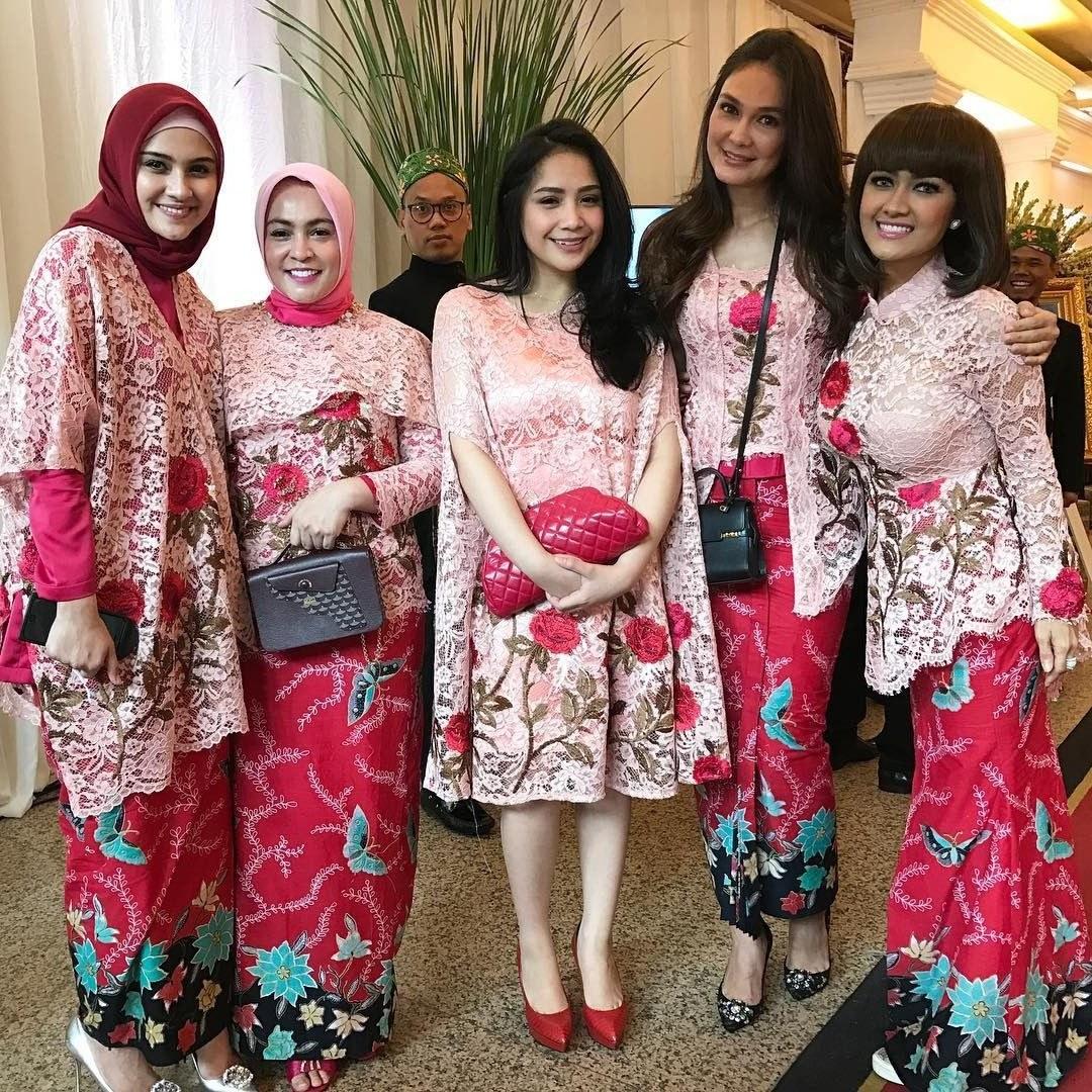 Bentuk Baju Lebaran Artis Ffdn Kaftan Nagita Slavina Ini Akan Jadi Trend Baju Lebaran 2017