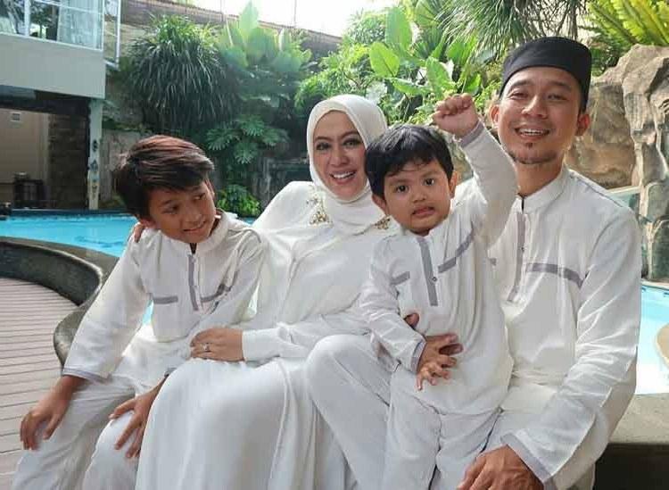 Bentuk Baju Lebaran Keluarga Warna Putih Wddj 15 Baju Lebaran Keluarga Artis Terkenal Di Indonesia