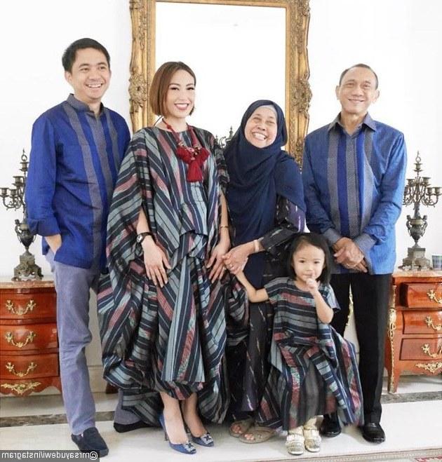 Bentuk Baju Lebaran Thn Ini E6d5 Begini Kompaknya 5 Keluarga Artis Saat Kenakan Baju
