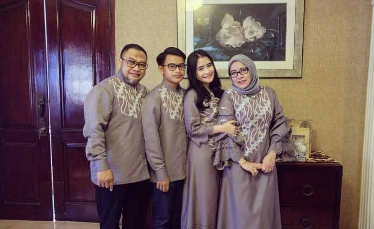 Bentuk Gambar Baju Lebaran Keluarga 9ddf 15 Baju Lebaran Keluarga Artis Terkenal Di Indonesia