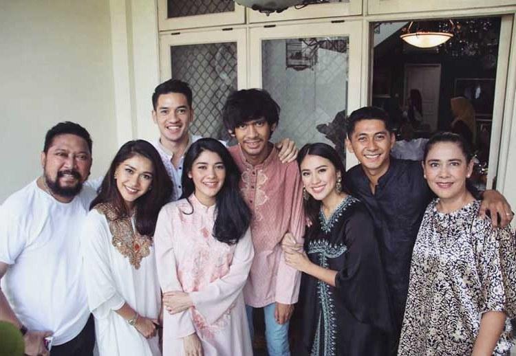 Bentuk Model Baju Lebaran Keluarga Artis J7do 15 Baju Lebaran Keluarga Artis Terkenal Di Indonesia