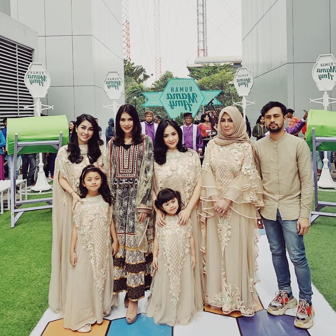 Bentuk Model Baju Lebaran Keluarga Artis Wddj 10 Gaya Kompak Seragam Keluarga Artis Bisa Jadi