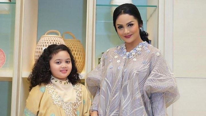 Design Baju Lebaran Anak Umur 11 Tahun S5d8 6 Inspirasi Model Busana Anak Artis Untuk Baju Lebaran Si